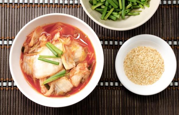 Draufsicht horizontal des koreanischen traditionellen lebensmittelkohlsalats mit peperoni