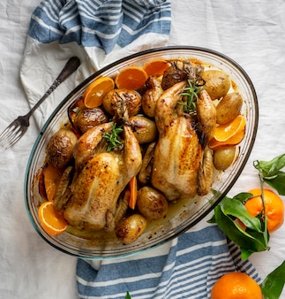 Draufsicht huhn mit kartoffeln und orange