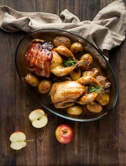 Draufsicht huhn und kartoffelgericht
