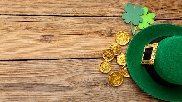 Draufsicht hut und goldmünzenrahmen