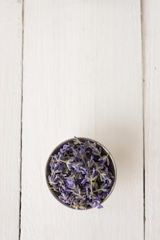 Draufsicht in der säge liegt frisch geschnittener lavendel für ein aroma-spa-verfahren. draufsicht