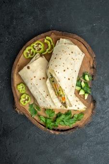 Draufsicht in scheiben geschnitten köstliche shaurma mit grüns auf der grauen oberfläche salat burger sandwich essen