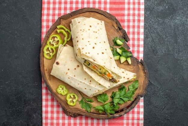Draufsicht in scheiben geschnitten köstliches shaurma-salat-sandwich mit grüns auf grauer oberfläche mahlzeit pita-salat-sandwich-burger