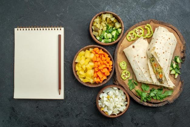 Draufsicht in scheiben geschnitten leckeres shaurma-salat-sandwich auf der grauen oberfläche pita-mahlzeit-salat-burger-sandwich