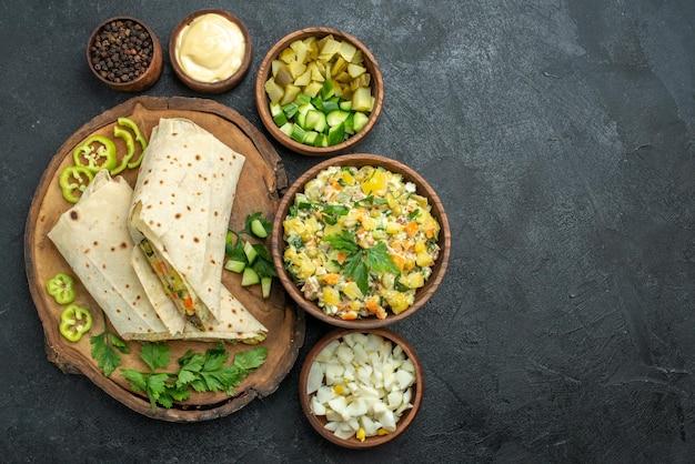 Draufsicht in scheiben geschnitten leckeres shaurma-salat-sandwich auf grauer oberfläche mahlzeit pita-sandwich-burger-salat