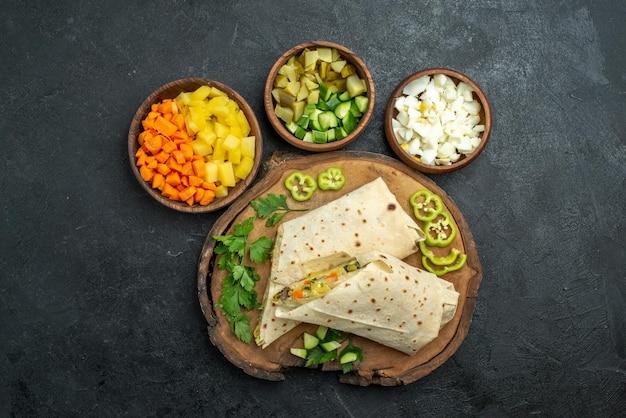 Draufsicht in scheiben geschnitten leckeres shaurma-salat-sandwich auf grauer oberfläche pita-mahlzeit-salat-sandwich-burger