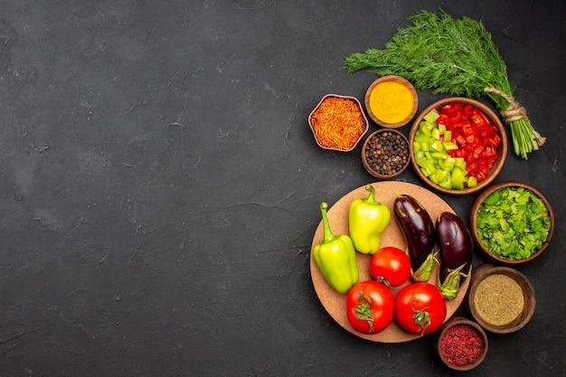 Draufsicht in scheiben geschnittene paprika mit grün und gemüse auf dunkler oberfläche