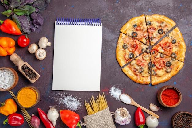 Draufsicht in scheiben geschnittenen pilzpizza köstlicher teig auf dunkler oberfläche teigmahlzeit essen backen italienisch