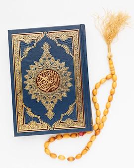 Draufsicht islamisches neues jahr mit koranbuch