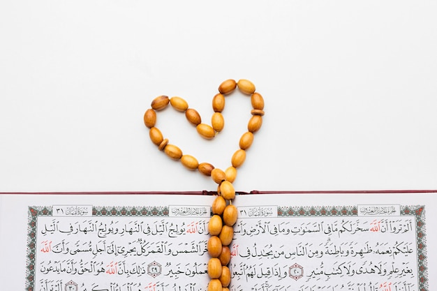 Draufsicht islamisches neujahrskonzept mit koran