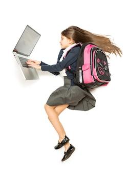 Draufsicht isolierte aufnahme eines jungen schulmädchens mit rucksack mit laptop