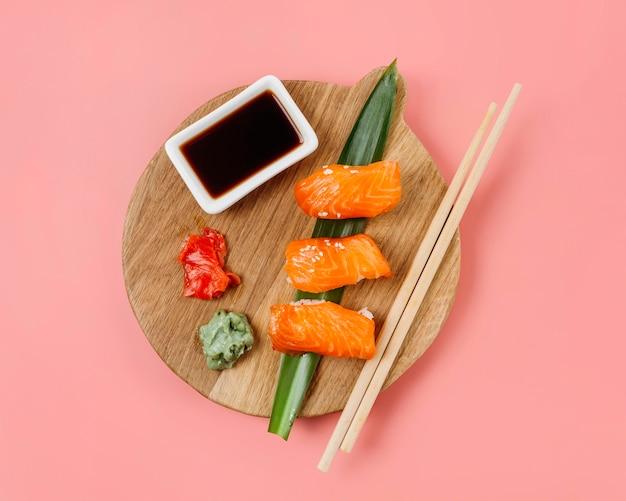 Draufsicht japanisches sushi-sortiment