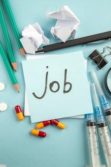 Draufsicht job geschriebene notiz mit pilleninjektionen und bleistiften auf blauem hintergrund pandemie krankenhauslabor viruspille gesundheit covid wissenschaft farbe