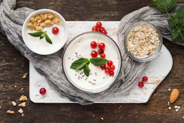 Draufsicht joghurt und obst bio-food-lifestyle-konzept