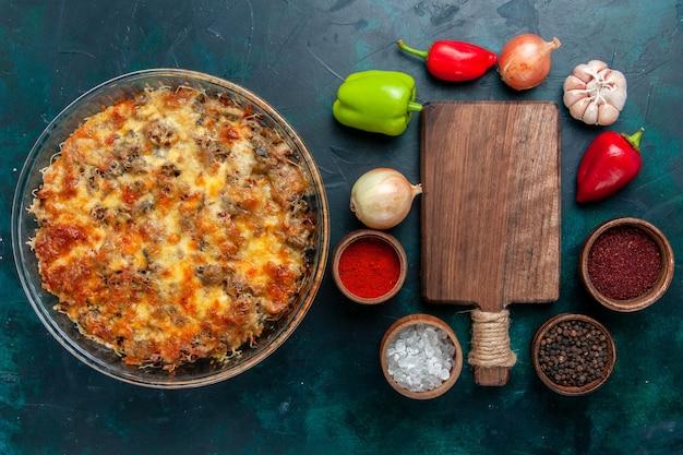 Draufsicht käsige fleischmahlzeit mit frischem gemüse und gewürzen auf dem dunkelblauen schreibtischessen fleischmahlzeitgericht gemüsedinner