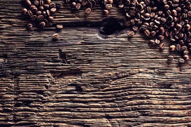 Draufsicht kaffeebohnen auf rustikalem eichentisch.