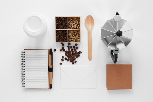 Draufsicht-kaffeemarkenzusammensetzung auf weißem hintergrund