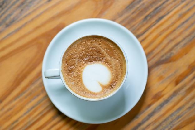 Draufsicht kaffeetasse auf holztisch