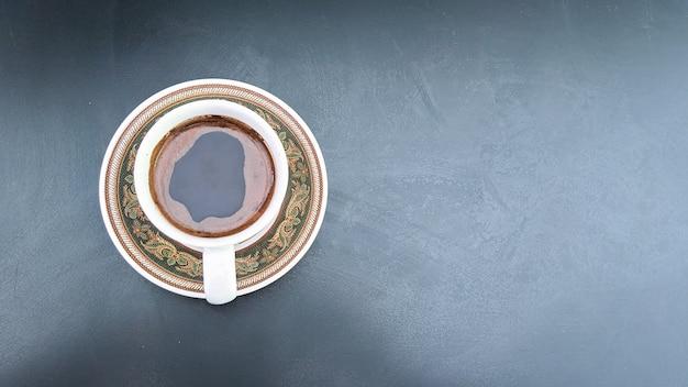 Draufsicht kaffeetasse auf schwarzem brett mit freiem kopienraum