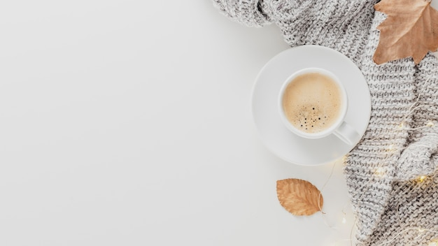 Draufsicht kaffeetasse und decke mit kopierraum