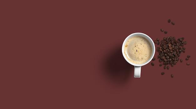 Draufsicht kaffeetassen und bohnen isoliert