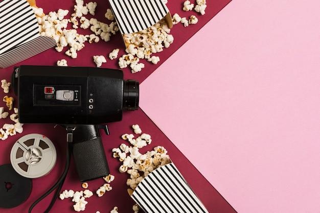 Draufsicht kamera und popcorn