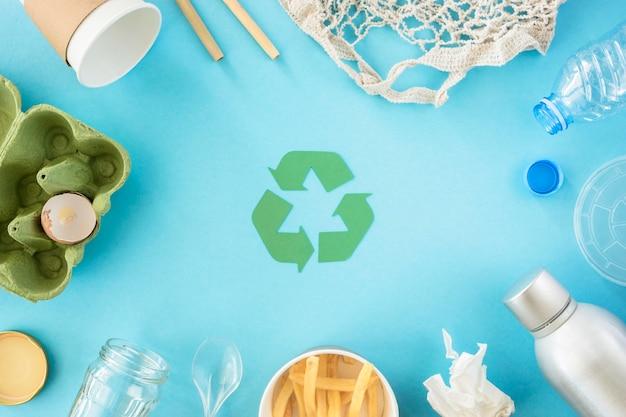 Draufsicht karton und plastikmüll