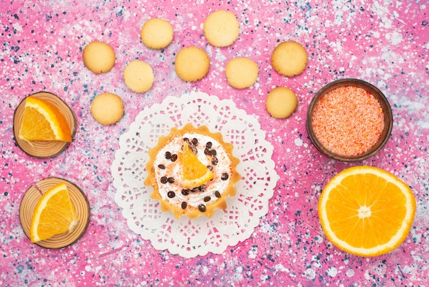Draufsicht kekse und kuchen mit orangenscheiben auf der farbigen oberfläche keks keks obstkuchen zucker