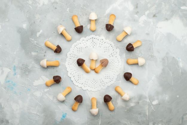Draufsicht kleben kekse weich mit verschiedenen schokoladenumhängen, die auf dem grauen hellen oberflächenkuchenplätzchenkeks gezeichnet werden