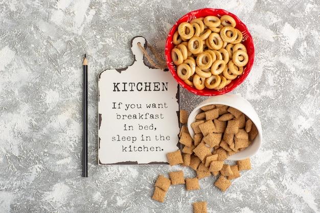 Draufsicht kleine cracker mit keksen und schreibtisch