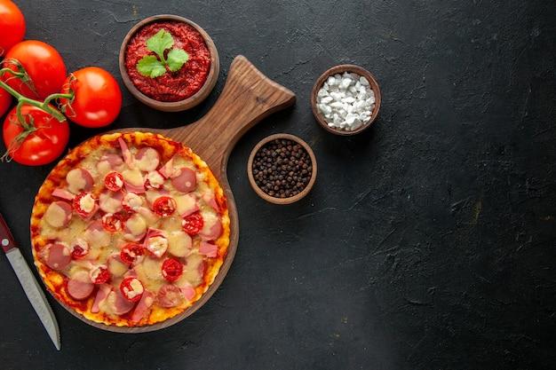 Draufsicht kleine leckere pizza mit frischen roten tomaten auf dunklem tisch