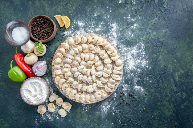 Draufsicht kleine rohe knödel mit mehl auf dunklem hintergrund fleischteig essen gericht kalorien mahlzeit farbe backen gemüse