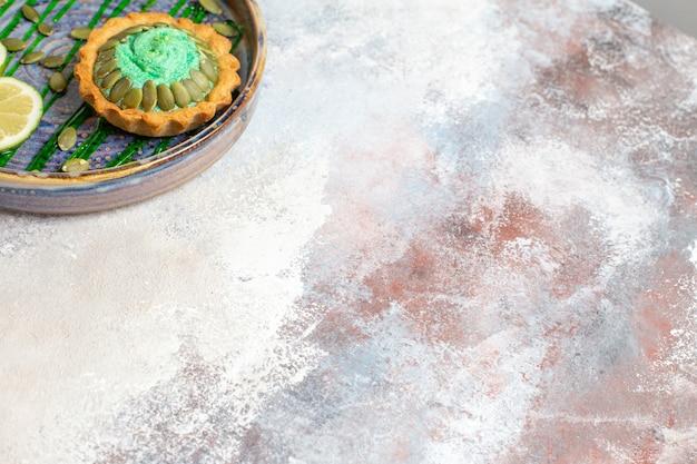 Draufsicht kleiner cremiger kuchen mit früchten innerhalb des tabletts