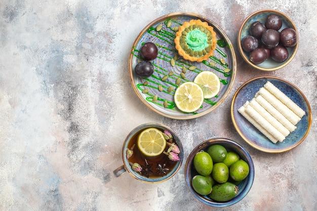 Draufsicht kleiner cremiger kuchen mit früchten