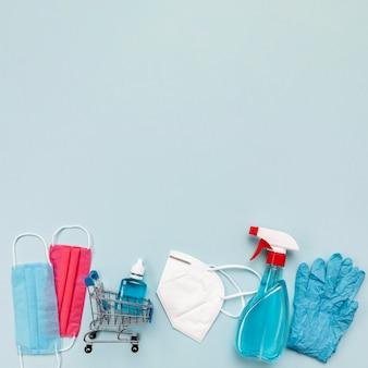 Draufsicht kleiner einkaufswagen mit medizinischen masken und kopierraum