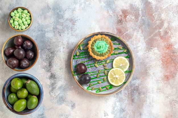 Draufsicht kleiner kuchen mit früchten und süßigkeiten