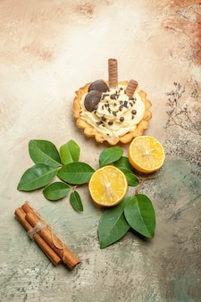 Draufsicht kleiner leckerer kuchen mit sahne auf leichtem tisch süßer kuchen-dessertkuchen