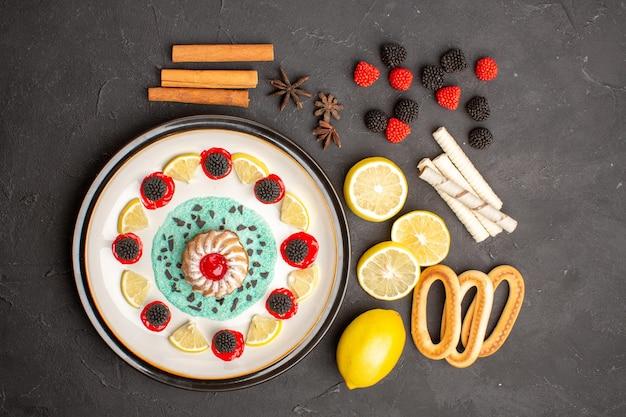Draufsicht kleiner leckerer kuchen mit zitronenscheiben auf dunklem schreibtisch-keks-frucht-zitrus-süßkuchen-cookie