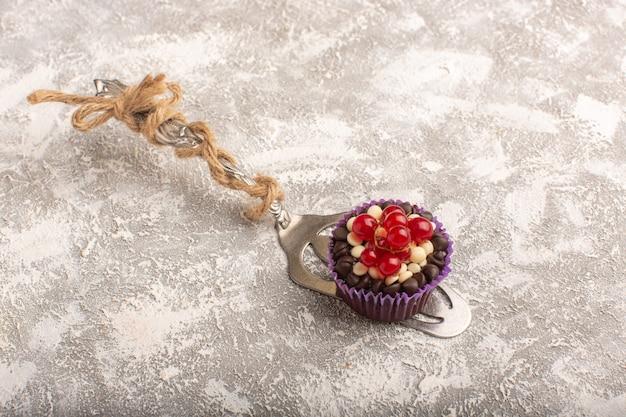 Draufsicht kleiner schokoladenbrownie mit preiselbeeren auf dem hellen hintergrundkuchenkeks süßer backteig