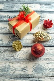 Draufsicht kleines geschenk weihnachtsbaum spielzeug auf holzuntergrund