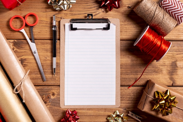 Draufsicht klemmbrett und geschenkverpackungsmaterial