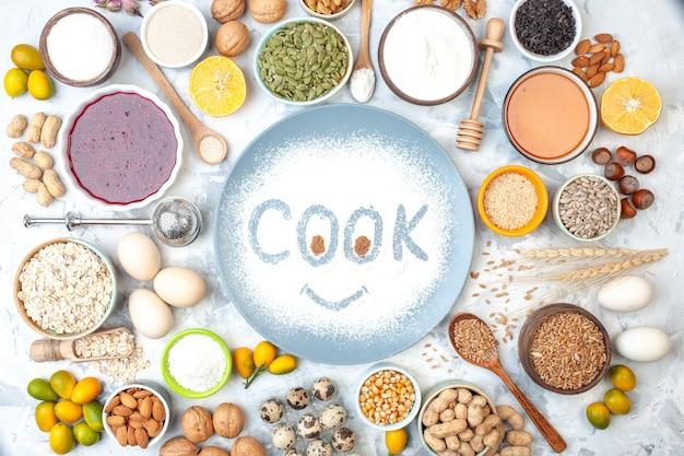 Draufsicht kochaufdruck auf mehlpulver auf teller schalen mit honig kürbiskerne marmelade sesam maiskerne erdnüsse eier