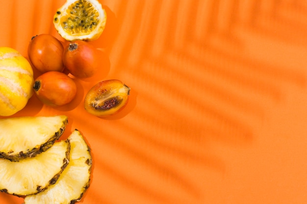 Draufsicht köstliche ananas mit kopierraum