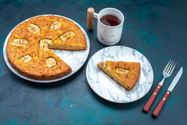 Draufsicht köstliche apfelkuchen geschnitten und ganz mit tee auf dem dunklen hintergrund obstkuchen torte zucker süß