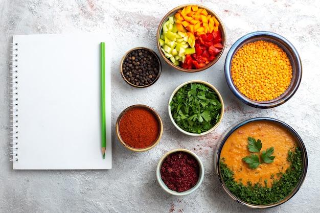 Draufsicht köstliche bohnensuppe mit verschiedenen gewürzen auf weißem oberflächenmahlzeitnahrungssuppengemüse