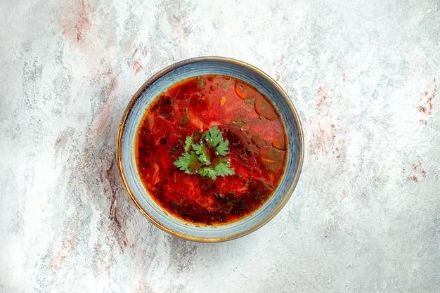 Draufsicht köstliche borschtsch berühmte ukrainische rübensuppe mit fleisch im teller auf weißem raum