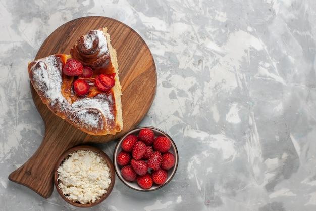 Draufsicht köstliche erdbeerkuchen gebackene und leckere dessertscheibe auf weißem schreibtischkuchenkekszuckerplätzchen süßer backkuchen