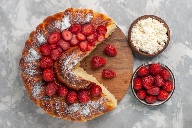 Draufsicht köstliche erdbeerkuchen gebackenes und leckeres dessert mit hüttenkäse auf weißem schreibtischkuchenkekszuckerplätzchen süßer kuchen