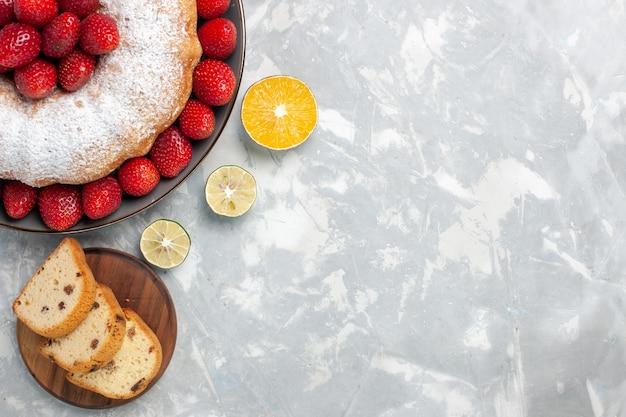 Draufsicht köstliche erdbeerkuchen mit frischen roten erdbeeren auf weiß