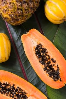 Draufsicht köstliche exotische früchte auf dem tisch